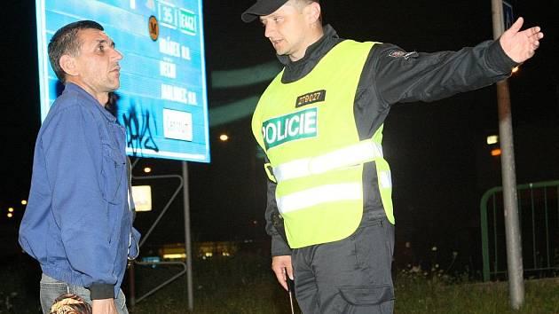 POLICISTÉ BYLI NA NOHOU CELOU NOC. Bomba policisty i hasiče zaměstnala na celou noc. Záběry zachytily pohotovost záchranných složek přímo na místě nálezu.