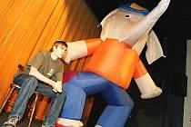 Hlavním maskotem letošní Mateřinky je slon – skateboardista. Na snímku je s dramaturgem Naivního divadla Vítkem Peřinou.