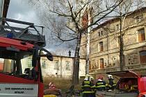 Střecha v Jindřichovicích pod Smrkem nevydržela nárazy silné větru.