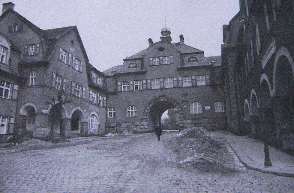 Foto náměstí Pod Branou s dominantou domu čp. 440/IV ze soupisu domů fy J. Liebiega & Comp. z roku 1940 od arch. A. Corazza, s. 410‐411