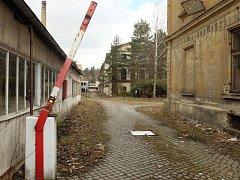 ARZEN, OLOVO, RTUŤ, KADMIUM areál bývalé továrny Slezan je podle průzkumu Státního zdravotního ústavu zasažen těžkými kovy. Město se ale myšlenky na průmyslovou zónu nevzdává.