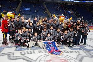 Čeští hokejisté slaví úspěch.