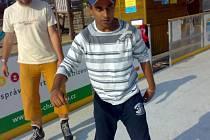 PRVNÍ KRŮČKY na bruslích si v Čechách užil indický student Rubal Kakkar Singh. Zimní sporty patří mezi jeho oblíbené a i proto uvažuje o tom, že už v Liberci zůstane natrvalo.