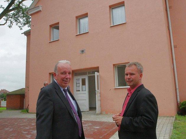 Při otevření ještě nezařízených prostor nechyběli ani místostarosta Hrádku Josef Horinka (vpravo) a ředitel Lázní Kundratice, které jsou provozovatelem lékařské pohotovosti, Otto Doležal.