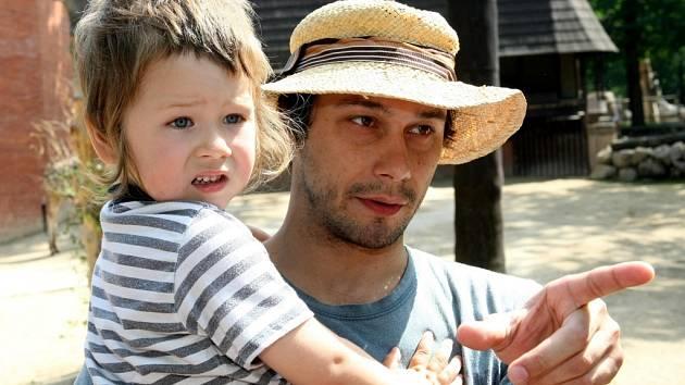 Hlavním kmotrem žirafy Rotschildovy, která se narodila letos v dubnu, se stal liberecký rodák, herec Pavel Liška. Na snímku se svým synem Šimonem.
