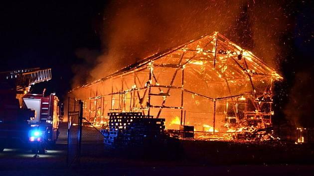 ožár zachvátil stodolu hodinu po půlnoci, po marném boji hasiči oheň jen kontrolovali, aby objekt bez dalších komplikací nechali dohořet.
