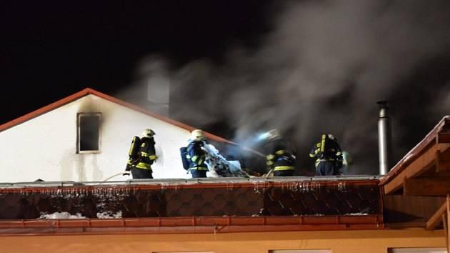 SEDM JEDNOTEK HASIČŮ zasahovalo v pátek brzo ráno u požáru Tenisové haly Turnov. Díky jejich včasnému zásahu se podařilo uchránit majetek ve výši několika milionů korun.