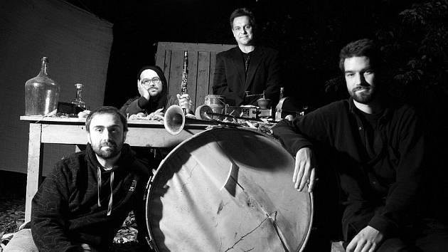 KAPELA FRUFRU HRAJE ALTERNATIVNÍ MUZIKU, která putuje napříč mezi žánry. Čerpá z ethno music, rocku i elektroniky.