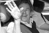 Havel takto v roce 2003 mával z auta Liberečanům, když odjížděl z města.