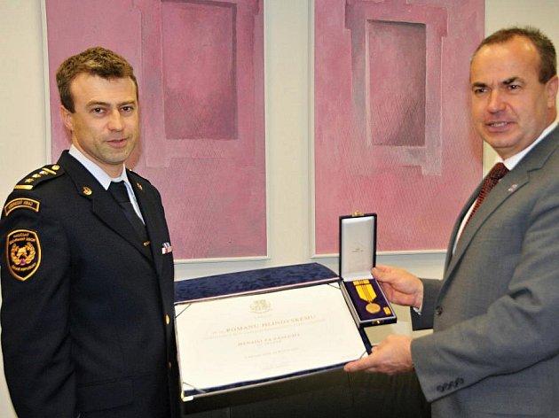 Hejtman Libereckého kraje Stanislav Eichler se ve své kanceláři setkal s plk. Romanem Hlinovským, náměstkem pro IZS a operační řízení HZS LK.