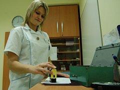 RAZÍTKA A POKLADNA. Ze zdravotních sester se staly ze dne na den také pokladní. Poplatky za vyšetření budou vybírat do doby, než nemocnice nakoupí automaty.  V areálu nemocnice by jich mělo být dvanáct.(Sestra úrazové ambulance v LN  Veronika Pivoňková.)