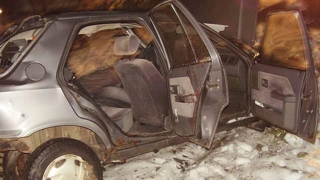 ZDEMOLOVANÉ AUTO. Po nehodě bylo vozidlo zničené především ze strany řidiče. Spolujezdec z tragické nehody naštěstí vyvázl s lehčím zraněním.