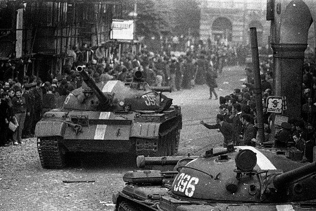Proud tanků přijížděl od Hrádku a Nového Města pod Smrkem.