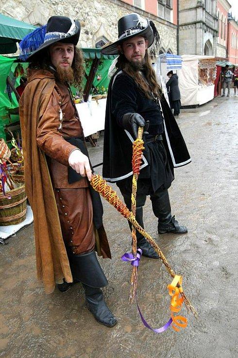 Na zámku Sychrov se v sobotu pod bedlivým dohledem zámecké stráže konaly tradiční velikonoční trhy.