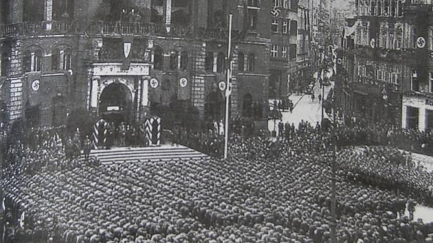 FREIKORPS PRÁVĚ KONČÍ. Sudetoněmecké Freikorps, po válce označené za teroristickou organizaci, oficiálně rozpustil Konrád Henlein 9. října 1938.