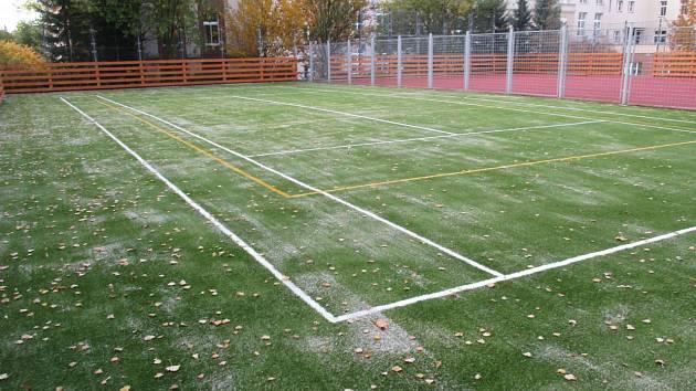 Oprava povrchu hřiště u Obchodní akademie byla dokončena.