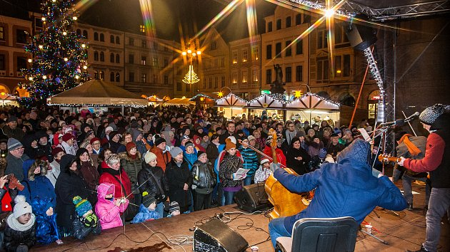 Sedmý ročník akce Česko zpívá koledy proběhl 13. prosince na různých místech České republiky. Na snímku je zpěv na náměstí Dr. E. Beneše v Liberci, do kterého se zapojili František Černý, Karel Holas a Michal Pavlík z kapely Čechomor.