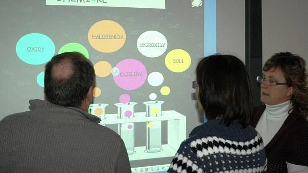 Sami učitelé se na dva dny stali žáčky, když se v libereckém centru vzdělávání učili zacházet s interaktivními tabulemi, u žáků a studentů hodně oblíbenými.