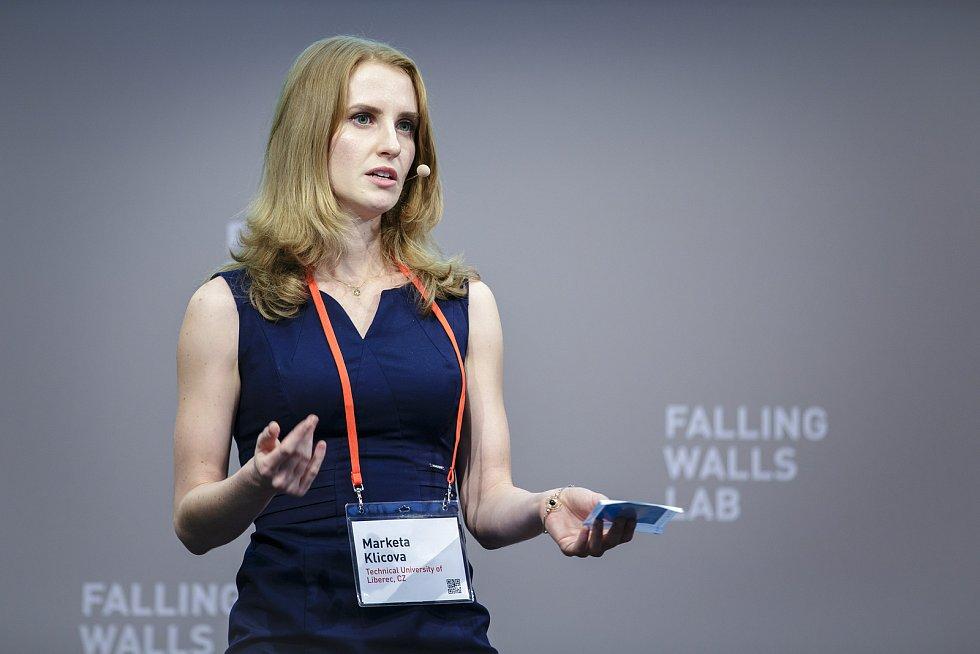 Markéta Klíčová při prezentaci na Falling Walls Lab.