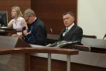 Petr Pernička (vpravo) potřetí zproštěn obžaloby z pašování zbraní před libereckým soudem.