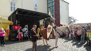 Příjezd sv. Václava na koni na nádvoří.