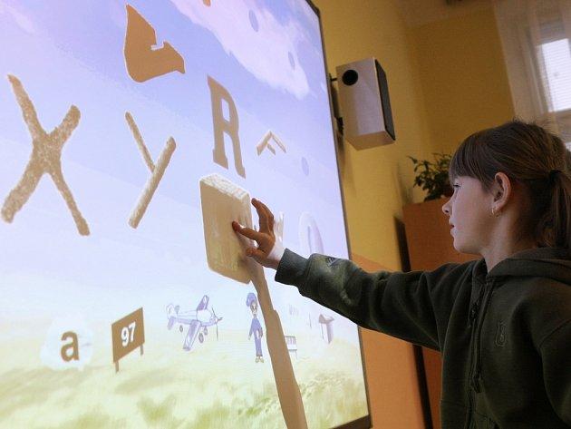 TŘÍDY OZDOBÍ INTERAKTIVNÍ TABULE. Škola ještě nakoupí šest nerozbitných interaktivních tabulí. Ilustrační foto.