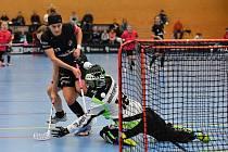 A je tam! Liberecká útočnice Hana Koníčková (v černém) právě překonává brankářku z Židenic. Kapitánka Crazy Girls se v utkání prosadila celkem čtyřikrát.