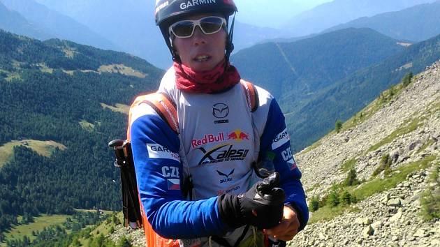 HORY A ZASE HORY. Stanislav Mayer musí se svým týmem vybírat místa ke startu na paraglidu. Jenže někdy je vítr proti.