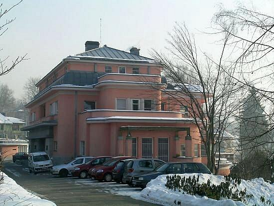STROSSOVA VILA na Husově ulici, parník plující nad Libereckou přehradou.