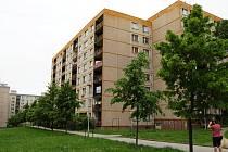 Velký odprodej bytů ze čtyř panelových domů v ulicích Haškova, Seifertova a Dobiášova vliberecké čtvrti Rochlice děsí jejich současné nájemníky.