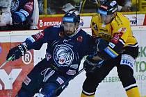 DERBY. Zápas Litvínov – Liberec 2:1 po SN (v modrém) nabídl vyrovnanou podívanou.