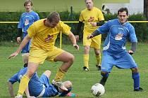V SOUBOJI BÉČEK VYHRÁLA VIŠŇOVÁ. V Mníšku hraje celý podzim Krásná Studánka (žluté dresy), ale zápas s Višňovou (modré dresy) jí nevyšel a prohrála 1:3.