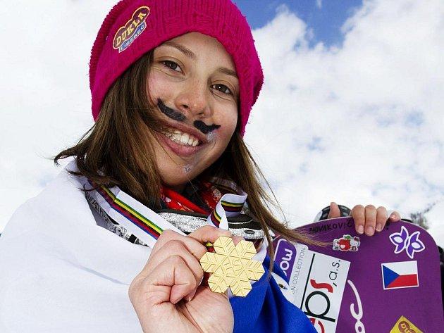 MISTRYNĚ SVĚTA. Eva Samková se zlatou medailí Mezinárodní lyžařské federace FIS.