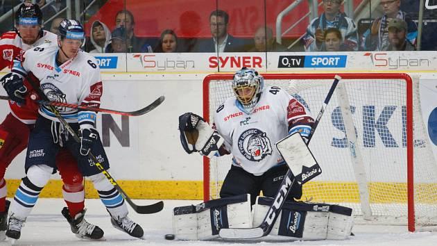 Liberecký brankář Marek Schwarz hásí spolu s obráncem Lukášem Dernerem situaci před brankou.