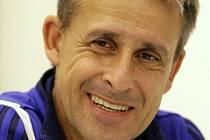 Trenér Vaduzu Pierre Littbarski na tiskové konferenci v útrobách stadionu U Nisy.