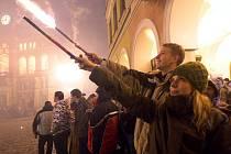OSLAV V CENTRU LIBERCE se účastní nemálo lidí. Alkohol teče proudem a zábava je výborná. Silvestrovské oslavy však mají i stinné stránky a záchranáři i policisté mívají hodně práce.