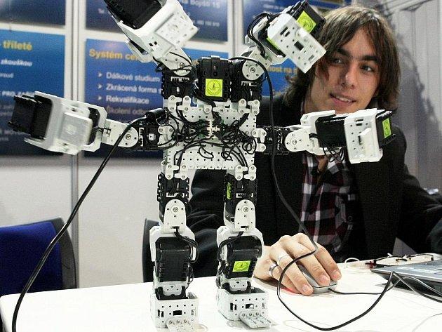 ROBOTI, SIMULÁTOR JÍZDY AUTEM NEBO ŘEZBÁŘI – to jsou jen některé kuriozity, které můžete vidět na prezentaci krajských škol v Tipsport aréně.