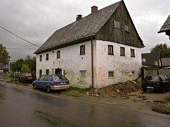 VYTOPENÝ DŮM TĚSNĚ PŘED DEMOLICÍ, SRPEN 2010. Rodiny Koskova a Křelinova dlouho nemohly uvěřit, že dům, který obývaly tolik let, bude zbourán.