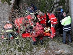 V Hejnicích spadl muž z mostu, z těžko přístupného terénu ho dostali záchranáři s hasiči.