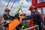 Lezecké družstvo libereckých hasičů cvičilo na staveništi v centru města