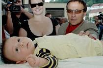Babybox byl otevřen v Kadani 1.6. Rodiče Jan Saudek a Pavla zkouší se synem Matějem pohodlí babyboxu.