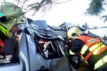 Před osadou Jizerka havaroval řidič, spolujezdkyni museli hasiči z vraku auto vystříhat.