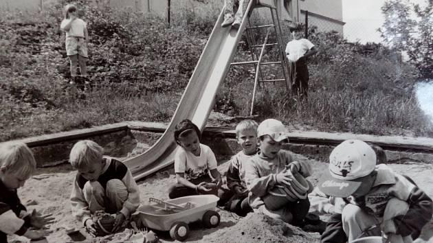 Mateřská školka v Dlouhém Mostě. Fotografie byla pořízena v roce 1996.