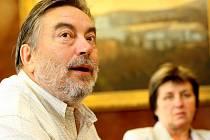 Otcem Benefičních koncertů na Grabštejně a dosud jejich neúnavným hlavním organizátorem je zpěvák Národního divadla v Praze, chotyňský rodák Luděk Vele.