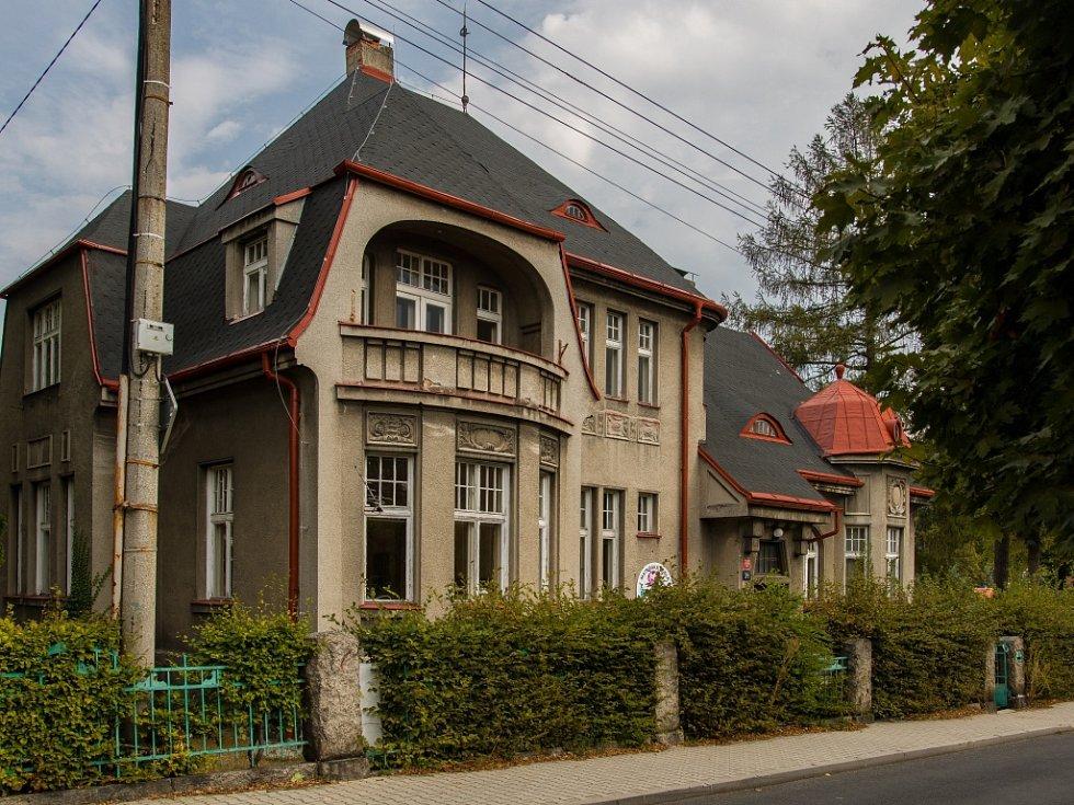 Zástupci města Liberec předali 7. září stavební firmě budovu bývalé mateřské školy ve Věkově ulici, kterou čeká přestavba na azylový dům pro rodiny s dětmi a ženy.