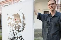 VÝTVARNÍK, GRAFIK ŠIMON BREJCHA zahájil výstavu netradičním happeningem.