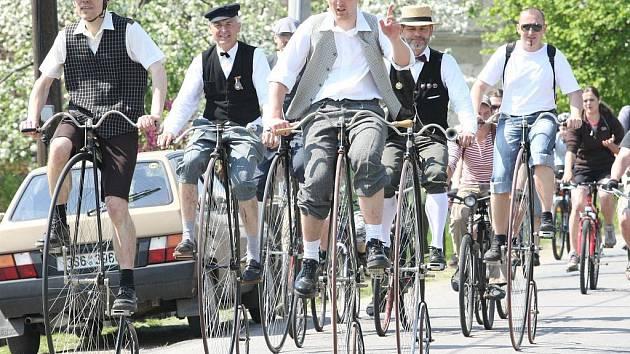 SPANILÁ JÍZDA. Součástí každé Haškovy velocipiády je jízda účastníků v dobových kostýmech na historických bicyklech po okruhu kolem Všeně. Peloton čítá téměř stovku jezdců.