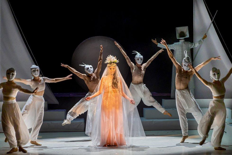 V roli kněžky zazáří další členka souboru a sopranistka Lívia Obručník Vénosová.