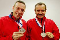 STŘÍBRNÍ POLICISTÉ. Karel Ubry (vlevo) a šéf týmu Jaroslav Kolařík.