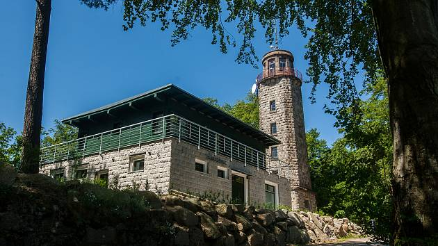 Chata nad Prosečí postavená u kamenné rozhledny na místě, kde v roce 2003 vyhořela původní výletní chata, vypisuje výběrové řízení na pronájem.